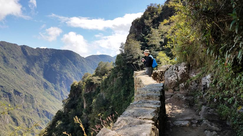 hiking inca trail machu picchu