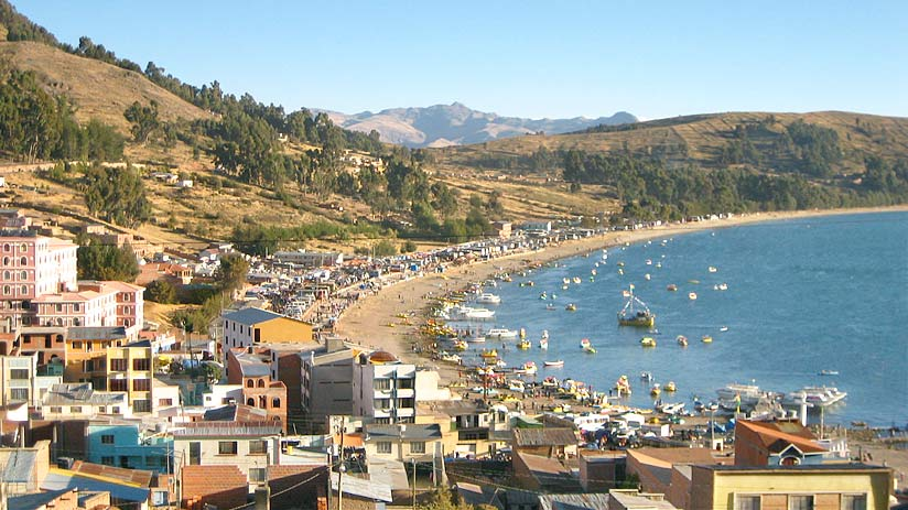 where is lake titicaca copacabana located