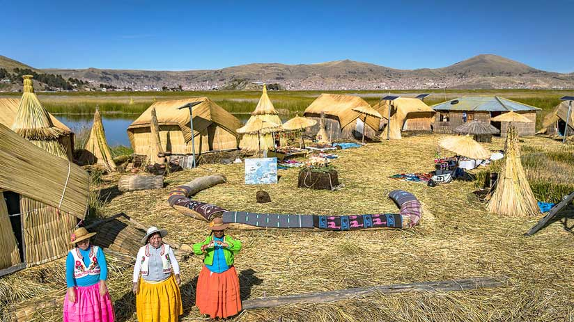 where is lake titicaca uros island located